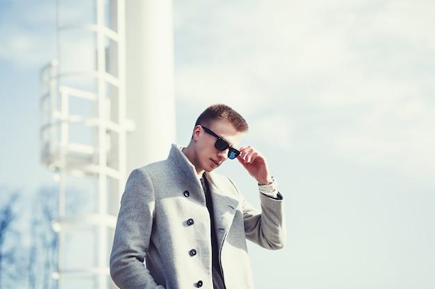 Przystojny mężczyzna w okularach przeciwsłonecznych i jesień żakiecie Premium Zdjęcia