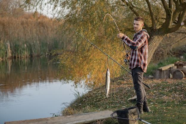 Przystojny Mężczyzna W Pobliżu Rzeki W Rano Połowów Darmowe Zdjęcia