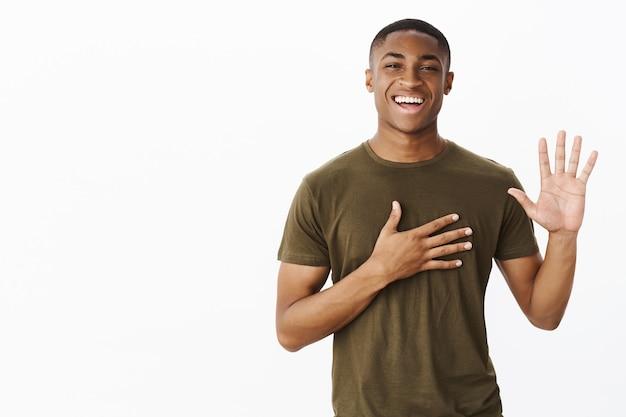 Przystojny Młody Afroamerykanin Z Koszulką W Kolorze Khaki Darmowe Zdjęcia