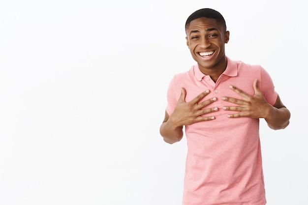 Przystojny Młody Afroamerykanin Z Różową Koszulką Polo Darmowe Zdjęcia