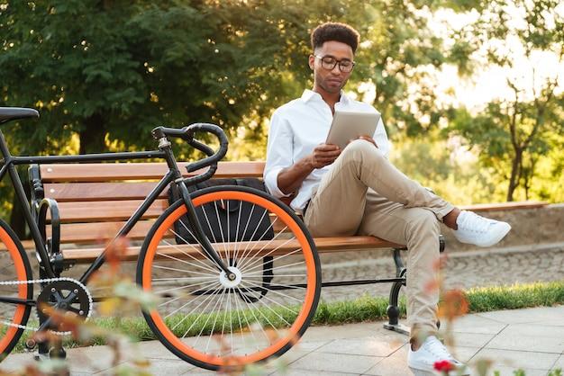 Przystojny Młody Afrykański Mężczyzna Używa Pastylka Komputer. Darmowe Zdjęcia