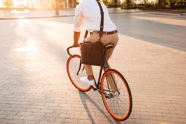 Przystojny Młody Afrykański Mężczyzna Wczesny Poranek Z Bicyklem Darmowe Zdjęcia