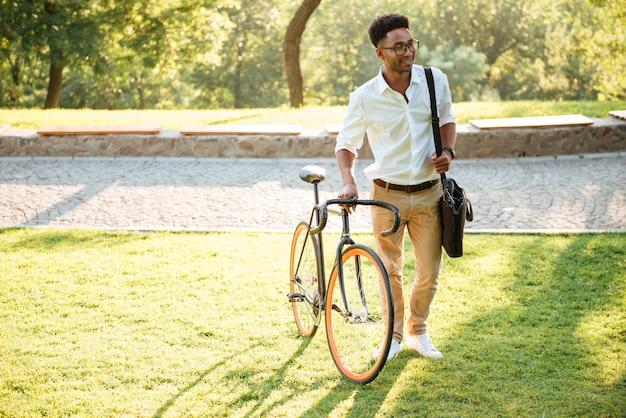 Przystojny Młody Afrykański Mężczyzna Z Bicyklem Outdoors Darmowe Zdjęcia