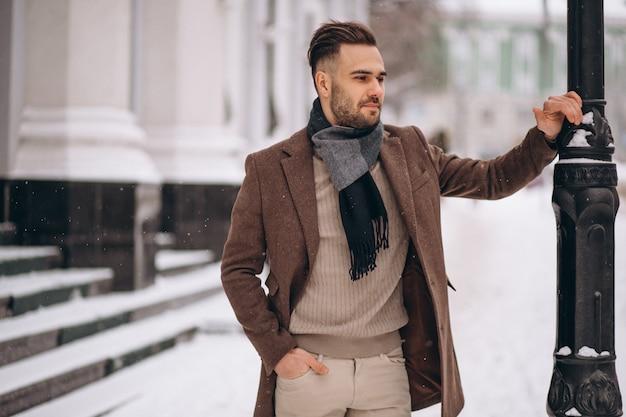 Przystojny Młody Biznesowy Mężczyzna Outside W Zimie Darmowe Zdjęcia