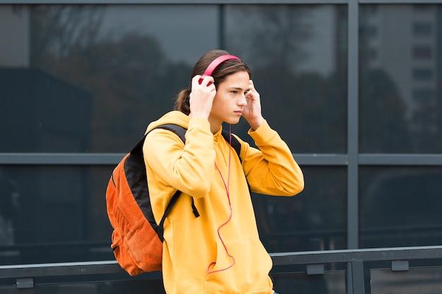Przystojny Młody Człowiek Ze Słuchawkami Darmowe Zdjęcia