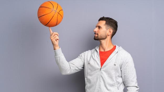 Przystojny młody koszykarz człowieka Premium Zdjęcia