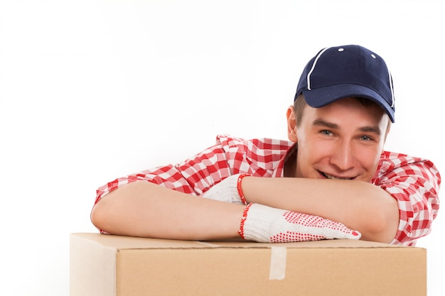Przystojny młody kurier z brązowym pudełkiem Darmowe Zdjęcia