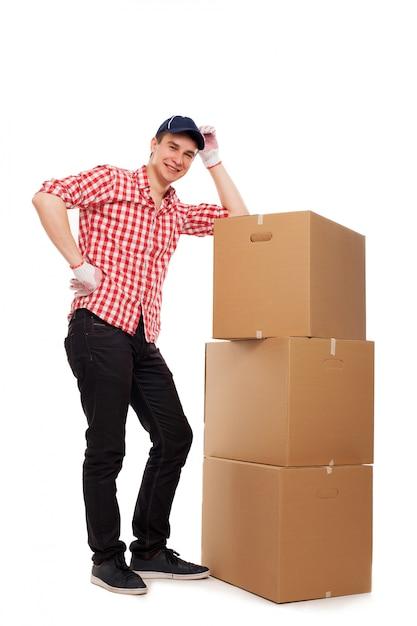 Przystojny młody kurier z brązowymi pudełkami Darmowe Zdjęcia