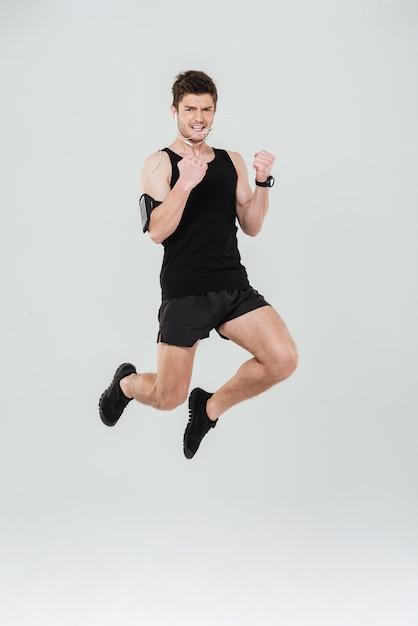 Przystojny Młody Sportowca Skoków Pokazano Zwycięzca Gest Darmowe Zdjęcia