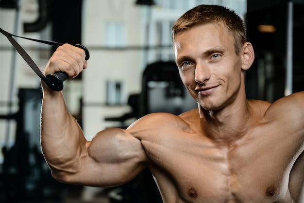 Przystojny Model Młody Człowiek Treningu Broni W Siłowni Premium Zdjęcia