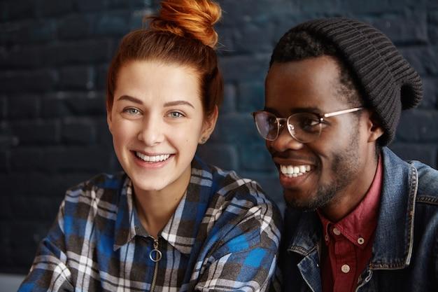 Przystojny Modny African American Hipster W Kapeluszu I Okularach Spędza Miło Czas Darmowe Zdjęcia