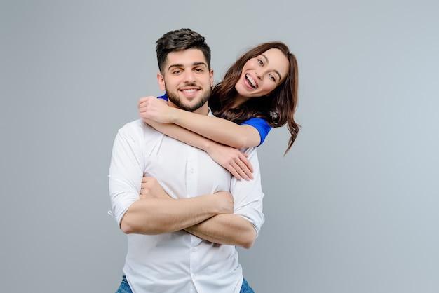 Przystojny Para Mężczyzna I Kobieta Uśmiechając Się I śmiejąc Się Na Białym Tle Premium Zdjęcia