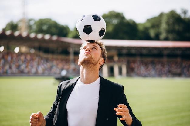 Przystojny piłkarz na stadionie w garniturze Darmowe Zdjęcia