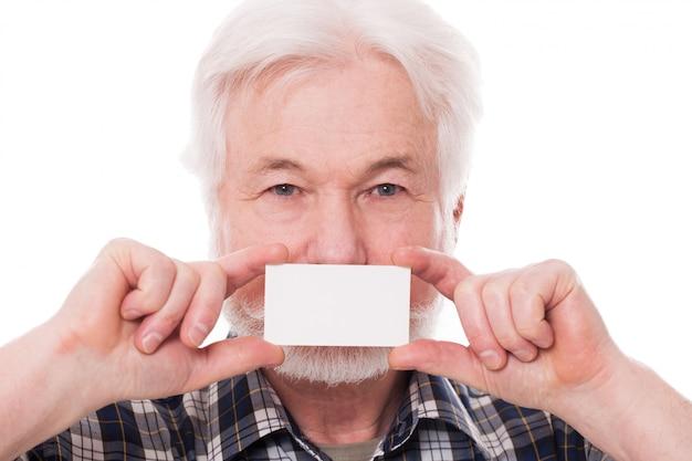 Przystojny starszy mężczyzna z papierem Darmowe Zdjęcia