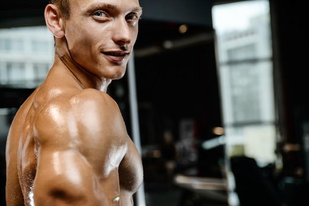 Przystojny Wzorcowy Młody Człowiek Pozuje W Gym Premium Zdjęcia