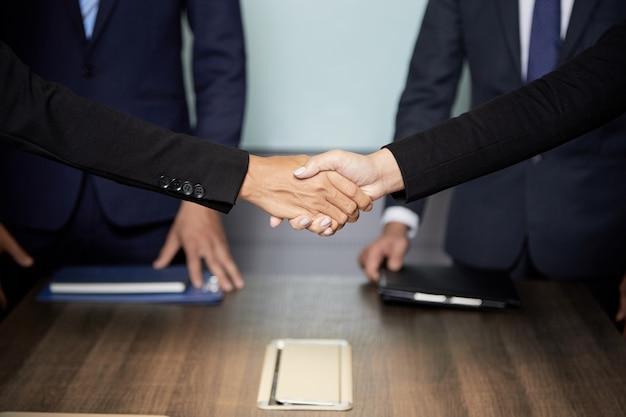 Przytnij biznesmenów drżenie rąk Darmowe Zdjęcia