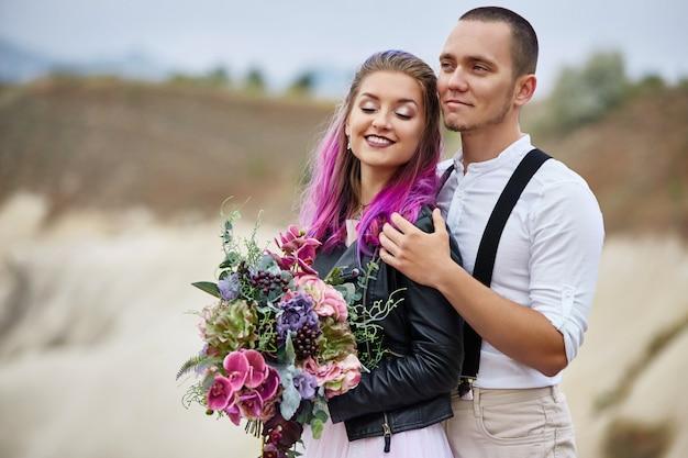 Przytul I Pocałuj Zakochaną Parę W Wiosenny Poranek W Przyrodzie. Walentynki, Bliski Związek Mężczyzny I Kobiety. Mężczyzna Całuje Dziewczynę Z Jasne Włosy, Kreatywne Kolorowanie Premium Zdjęcia
