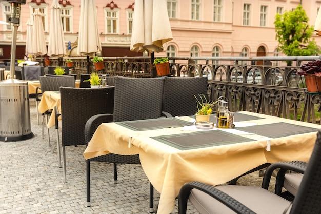 Przytulna Kawiarnia Na świeżym Powietrzu Z Meblami Z Rattanu, Karlowe Wary, Czechy, Europa. Premium Zdjęcia