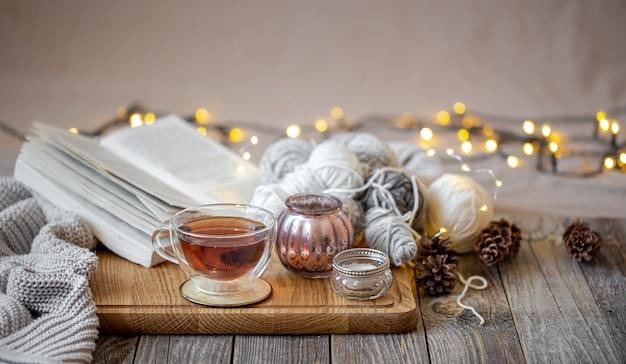 Przytulna Martwa Natura Z Herbatą I Elementami Dekoracyjnymi, świecącymi światłami W Tle. Darmowe Zdjęcia