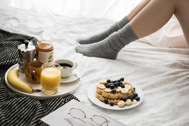 Przytulna Scena śniadaniowa W łóżku W Weekend Z Kawą I