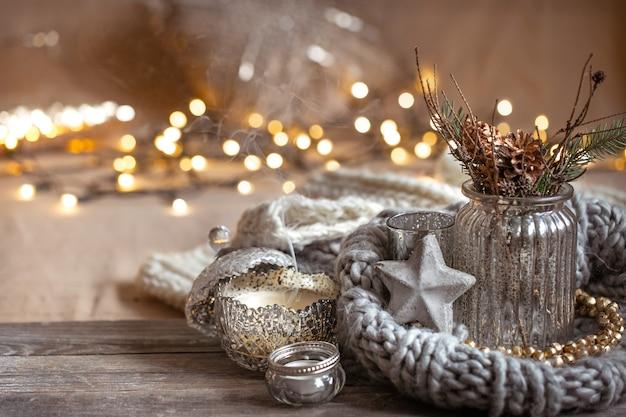 Przytulna świąteczna Kompozycja Ze świecami W Ozdobnym świeczniku. Koncepcja Domowego Komfortu I Ciepła. Premium Zdjęcia