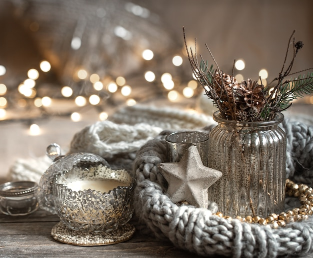 Przytulna świąteczna Kompozycja Ze świecami W Ozdobnym świeczniku. Pojęcie Domowego Komfortu I Ciepła. Darmowe Zdjęcia