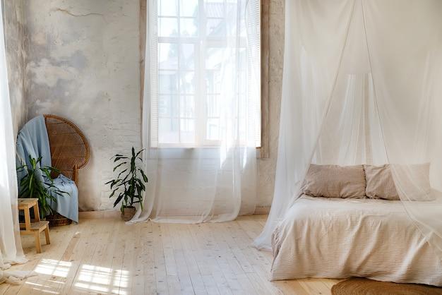Przytulna sypialnia w pastelowych kolorach z drewnianą podłogą i dużym łóżkiem z baldachimem Premium Zdjęcia