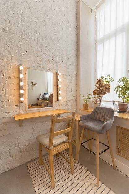 Przytulny Jasny Pokój Z Lustrem Premium Zdjęcia