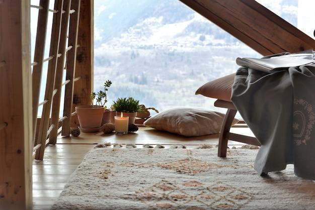 Przytulny pokój wypoczynkowy w górskiej chacie Premium Zdjęcia