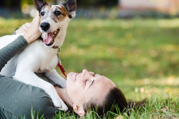 Psi Bawić Się Z Kobietą W Trawie Darmowe Zdjęcia