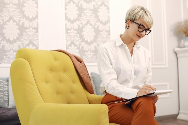 Psycholog Siedzi Na Krześle Przy Biurem W Szkłach Darmowe Zdjęcia