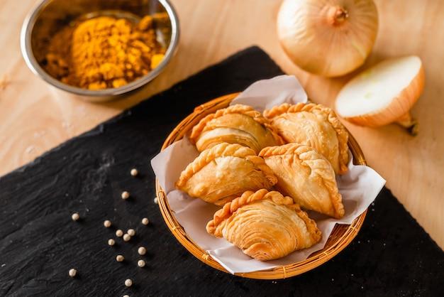 Ptyś Curry Na Ciemnym Talerzu I Składniki Premium Zdjęcia