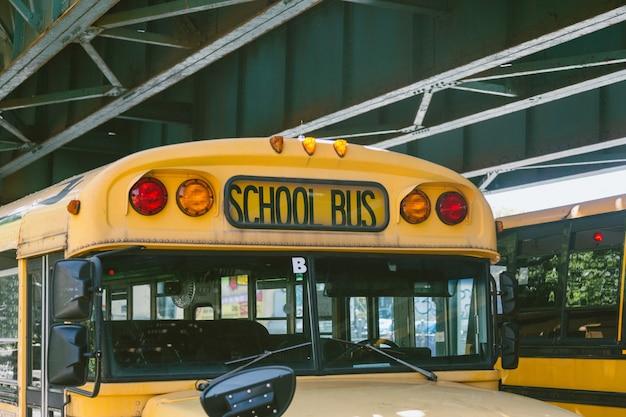 Publiczny Autobus Szkolny Na Drodze Premium Zdjęcia