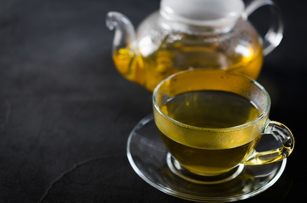 Puchar pyszne herbaty ziołowe i szklany czajniczek. Premium Zdjęcia