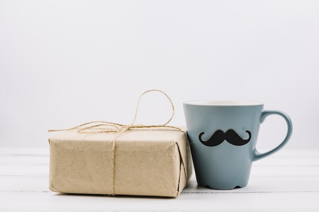 Puchar z ozdobnych wąsy w pobliżu pola Darmowe Zdjęcia