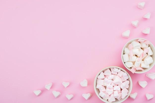 Puchary z bezą na różowym tle Darmowe Zdjęcia