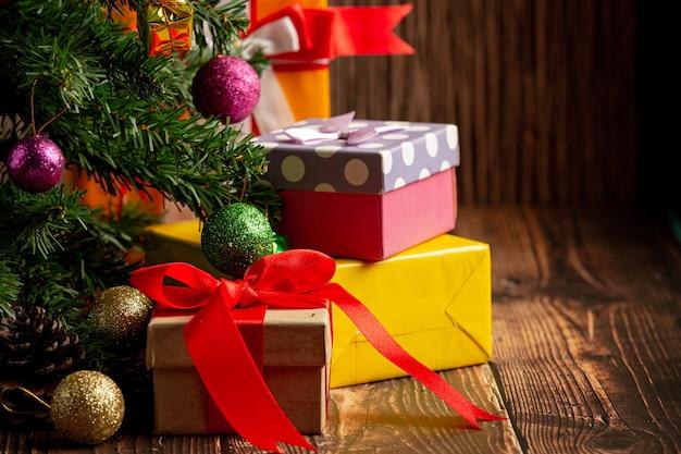 Pudełka Z Prezentem Z Ornamentem Na Drewniane Tła Darmowe Zdjęcia