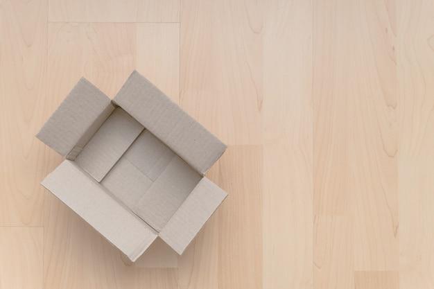 Pudełko Kartonowe Na Drewnie Premium Zdjęcia