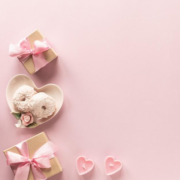 Pudełko Lub Pudełko Na Prezent I Kwiaty Na Różowym Blacie Stołu. Premium Zdjęcia
