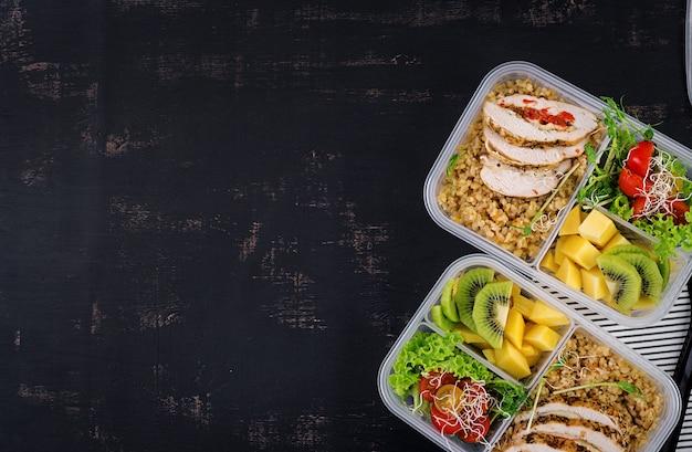 Pudełko Na Lunch Z Kurczakiem, Bulgur, Mikrogreenami, Pomidorem I Owocami Premium Zdjęcia