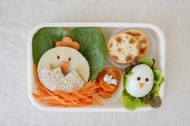 Pudełko Na Lunch Z Kurczakiem Wielkanocnym, Zabawa Z Jedzeniem Dla Dzieci Premium Zdjęcia