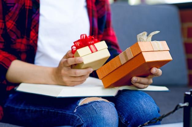 Pudełko Prezentowe Dla Dziewcząt Z Chris Smooth świętuje Nowy Rok Z Kopią Obszaru Tekstowego. Premium Zdjęcia