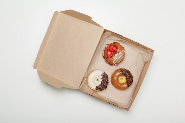 Pudełko świezi Pączki Odizolowywający Na Bielu Premium Zdjęcia