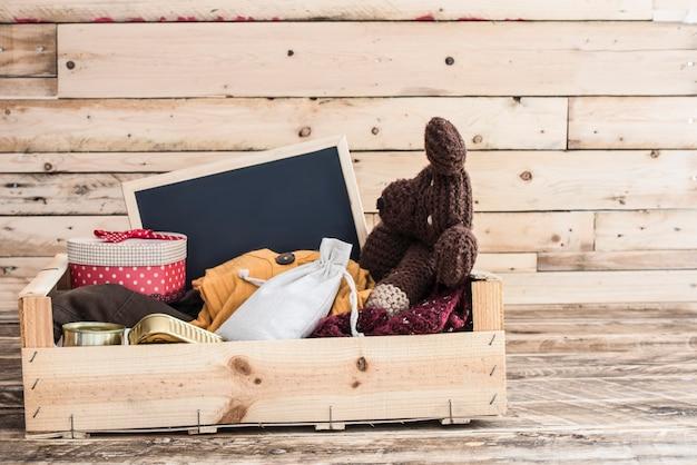 Pudełko Z Darowiznami żywności, Ubrań I Lekarstw Dla Ofiar Premium Zdjęcia