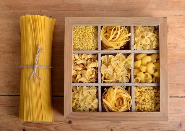 Pudełko z drewna z makaronem Premium Zdjęcia
