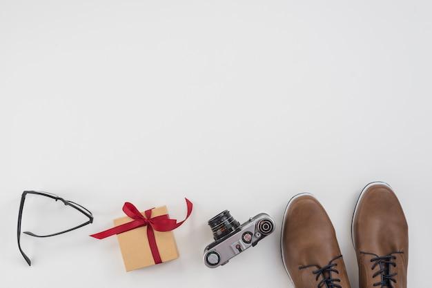 Pudełko z mężczyzna buty i aparat Darmowe Zdjęcia