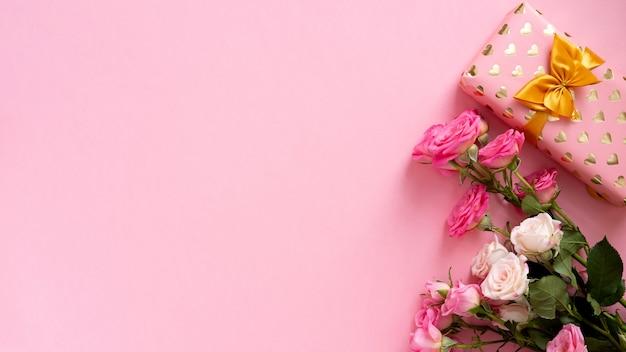 Pudełko Z Piękną Złotą Wstążką I Różami, Koncepcja Walentynek Premium Zdjęcia
