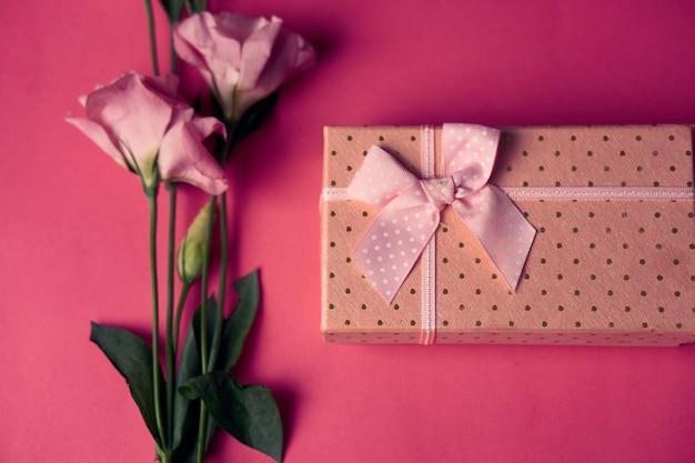 Pudełko Z Wiosennymi Kwiatami Premium Zdjęcia