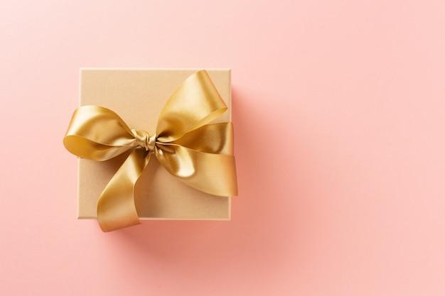 Pudełko Ze Złotą Wstążką Na Różowo Premium Zdjęcia