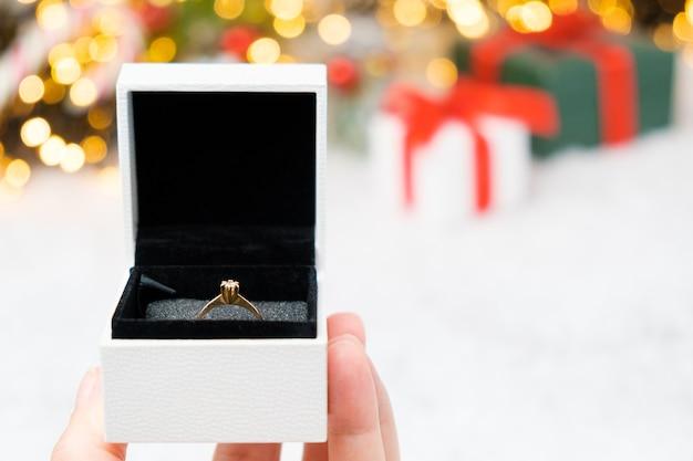 Pudełko Ze Złotym Pierścieniem Na śniegu W Tle Bożego Narodzenia Premium Zdjęcia